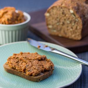 Brotaufstrich mit Grillgemüse aufs Brot
